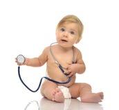 Det begynnande barnet behandla som ett barn litet barnsammanträde med den medicinska stetoskopet för p Arkivbilder