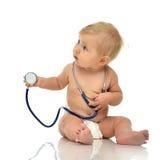 Det begynnande barnet behandla som ett barn litet barnsammanträde med den medicinska stetoskopet för p Royaltyfria Bilder