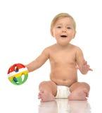 Det begynnande barnet behandla som ett barn litet barnsammanträde med den medicinska stetoskopet för p Arkivfoton