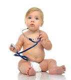 Det begynnande barnet behandla som ett barn litet barnsammanträde med den medicinska stetoskopet för p Royaltyfri Fotografi