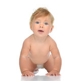 Det begynnande barnet behandla som ett barn litet barnsammanträde som kryper lyckligt le i diap Royaltyfria Bilder
