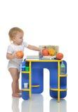 Det begynnande barnet behandla som ett barn lyckligt anseende för litet barnunge, och att ta bär frukt p Arkivfoton