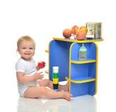 Det begynnande barnet behandla som ett barn lyckligt sammanträde för litet barnunge och att spela med sänkan Arkivfoton