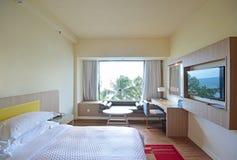 Det bekväma sovrummet med havssikt reflekterade på television Royaltyfria Bilder