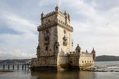 Det Belem tornet är ett stärkt torn som lokaliseras i den borgerliga församlingen av Santa Maria de Belem i Lissabon, Portugal royaltyfria bilder