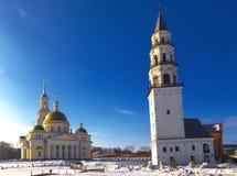 Det benägna lutande tornet och den ortodoxa kyrkan Nevyansk övervintrar arkivfoton