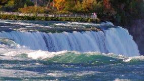 Det berömda Niagaraet Falls I avståndet kan ett se observationsdäcket för turister arkivfilmer
