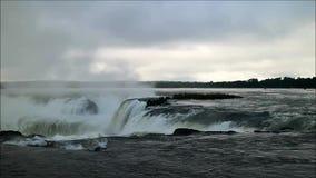 Det berömda området för hals för jäkel` s av Iguazu Falls på den argentinska sidan, Misiones landskap, Argentina, Sydamerika lager videofilmer