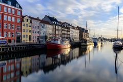 Det berömda skottet av den Nyhan kanalen copenhaghen - Danmark arkivfoton