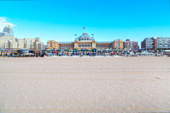 Det berömda storslagna hotellet Amrath Kurhaus och Scheveningen sätter på land panorama, Hague, Nederländerna Royaltyfri Fotografi