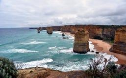 Det berömt vaggar bildande som kallas tolv apostlar på den stora havvägen Royaltyfri Bild