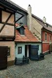 Det berömt & x22en; Guld- lane& x22; , Gamla Prague, Tjeckien Arkivfoto