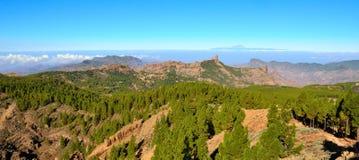Det bergiga landskapet med sörjer och blå himmel från toppmötet av Gran canaria, kanariefågelöar Arkivbild