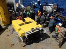 Det Bering havet/Ryssland - Juni 11 2016: Vetenskapsexpeditionlag på aktern av RV Akademik Lavrentyev som förbereder ROVEN att ut arkivfoto