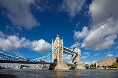 Det berömdt står hög överbryggar i London Arkivfoto