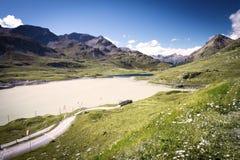 Det Bernina berg passerar i schweiziska Alps nära St Moritz Arkivfoto