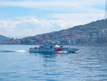 Det beväpnade kustbevakningfartyget patrullerar havet nära prinsarnas öar Arkivbild