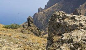 Det bisarrt vaggar och stenar i reserven Kara-Dag crimea arkivfoto