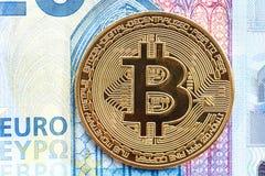 Det Bitcoin cryptocurrencymyntet ligger på en räkning för euro 20 fotografering för bildbyråer