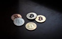 Det Bitcoin myntet, gör sammandrag på svart bakgrund royaltyfri foto