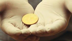 Det Bitcoin myntet räcker vita handskar stock video