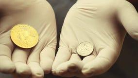 Det Bitcoin myntet räcker vita handskar lager videofilmer