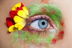 det blåa ögat blommar kvinnan för makeupmetaforfjädern Royaltyfri Bild