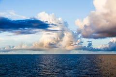 Det blåa havet, ljus av stora moln reflekterade på yttersida, regnbåge Royaltyfria Foton