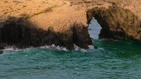 Det blåa havet med vågor och vaggar med hålet, slut upp stock video