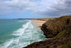 Det blåa havet och vågor Perranporth sätter på land norr Cornwall England UK HDR royaltyfria bilder