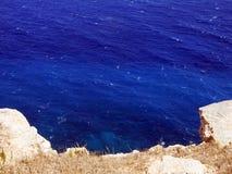 Det BLÅA havet och viten vaggar Royaltyfri Foto