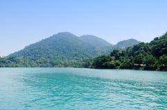 Det blåa havet på den soliga dagen lurar in den Dao ön, Vietnam Royaltyfria Foton