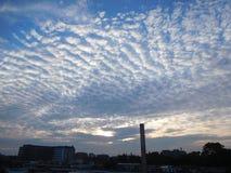 Det blåa molnet prack himmel över Amsterdam fotografering för bildbyråer