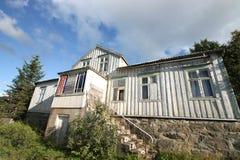 det blåa molniga huset lofoten s-skywhite Arkivbild
