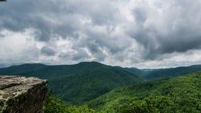 Det blåa Ridge Parkway berget förbiser på stormig dag royaltyfri foto