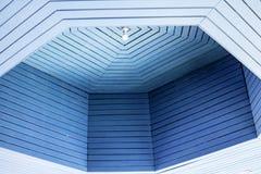 Det blåa taket är härligt och bekvämt arkivbild