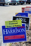 Det blåa valet röstar tecken längs vägen som röstar område 63 för huset för det Shawn Harrison grantillståndet royaltyfri fotografi
