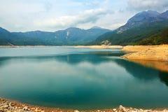 Det blåa vattnet av Shek Pik sjön Arkivfoto