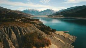 Det blåa vattnet av sjön stock video