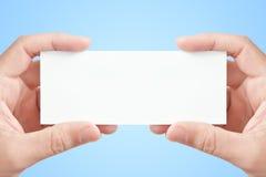 det blanka kortet hands holdingpapper två Royaltyfri Foto