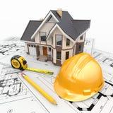 Det bostads- huset med bearbetar på arkitektritningar. Arkivfoto