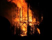 Det brinnande huset av sugrör och trä Royaltyfria Foton