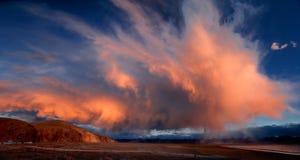 Det brinnande molnet på de Kunlun bergen arkivfoton