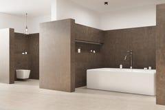 Det bruna badrummet med ett vinkelformigt badar, toaletten Royaltyfria Bilder