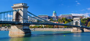 Det Buda slottet och kedjar överbryggar. Budapest Ungern Royaltyfria Bilder