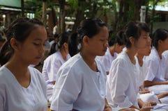 Det buddistiska folket gör meditationen, Bangkok, Thailand Arkivfoton