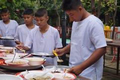 Det buddistiska folket mottar mat, Bangkok, Thailand Royaltyfri Fotografi