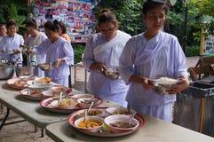 Det buddistiska folket mottar mat, Bangkok, Thailand Arkivfoto