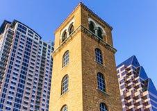 Det Buford tornet på Cesar Chavez Street och damen Bird Lake i i stadens centrum Austin Texas Arkivbilder