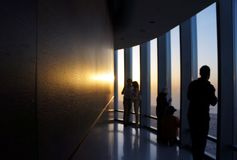 Det Burj Khalifa observationsdäcket, Dubai - bemanna att hålla ögonen på solnedgången. Arkivfoton